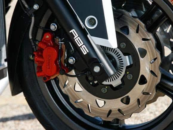 Freios ABS ou CBS: obrigatórios em motos, segundo Contran