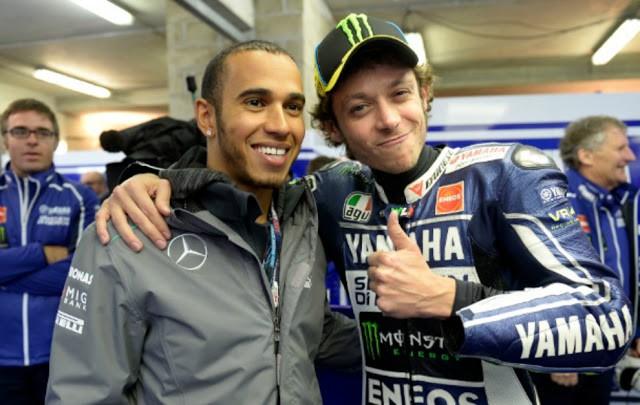 Rossi libera moto para teste de Hamilton, mas avisa: Quero pilotar a Mercedes F1