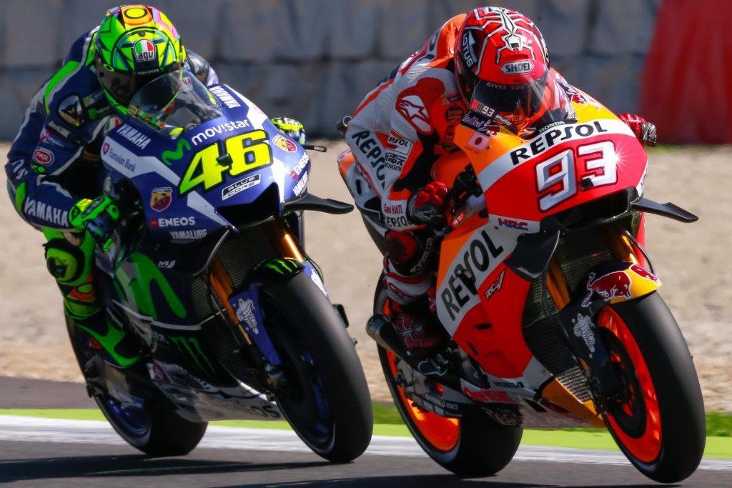 Valentino Rossi disputa com Marc Márquez posição no MotoGP de Brno