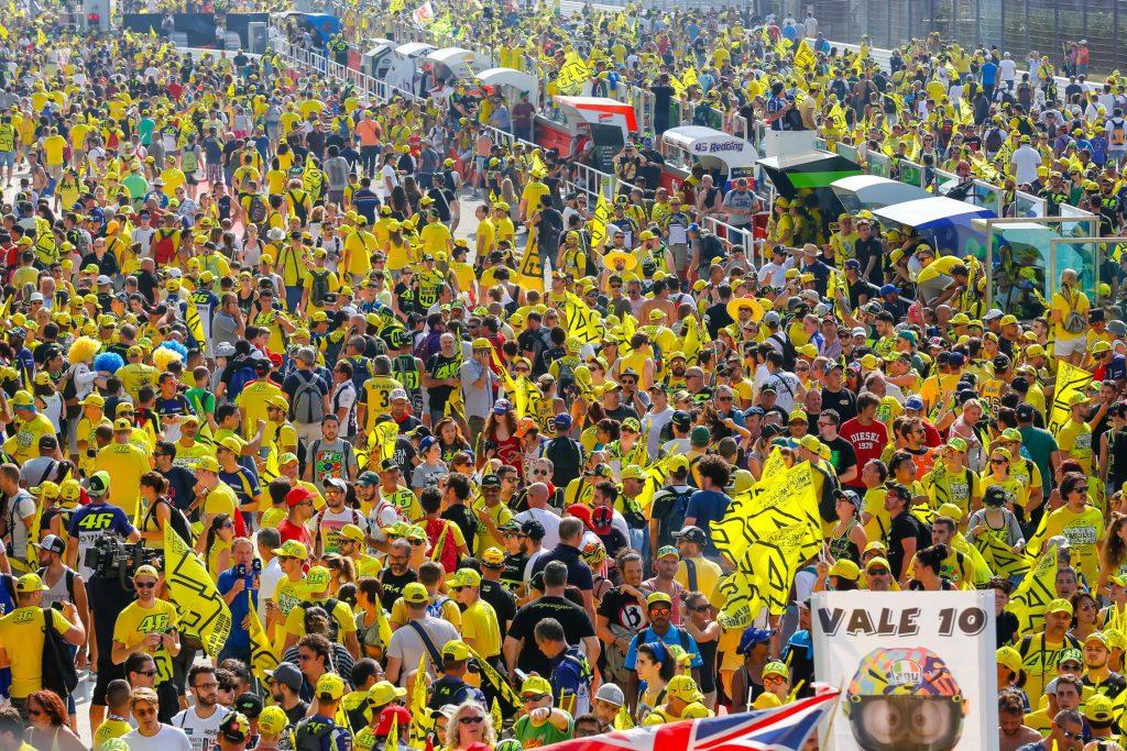 """Multidão de """"amarelo"""" em San Marino: torcida do Doutor Rossi"""