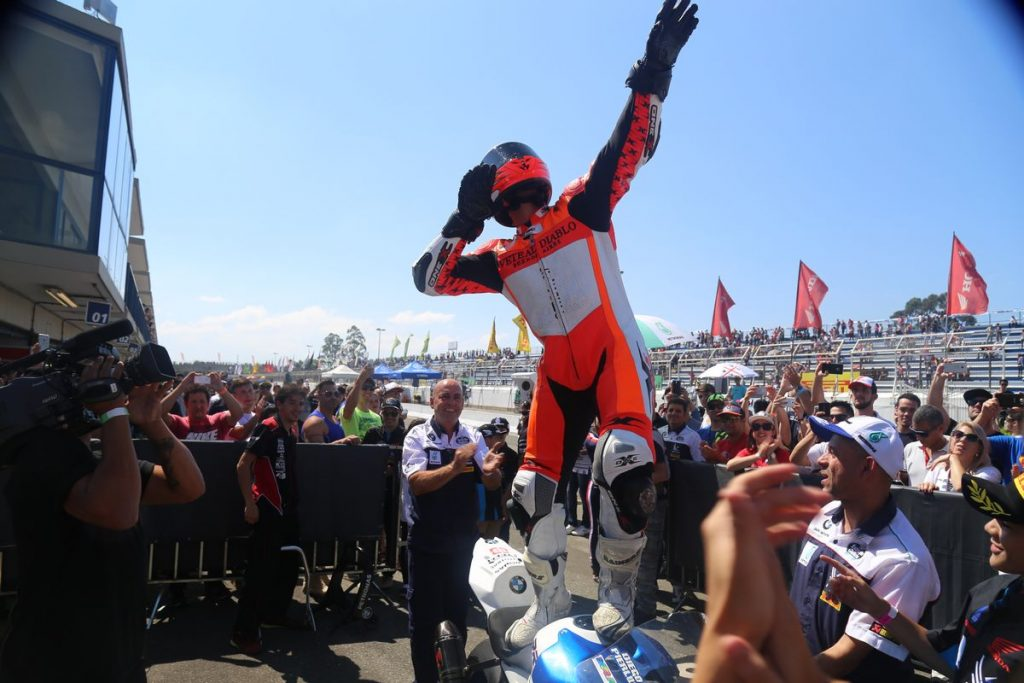 Diego Pierluigi comemora a vitória na sexta etapa do SuperBike Brasil em Curitiba