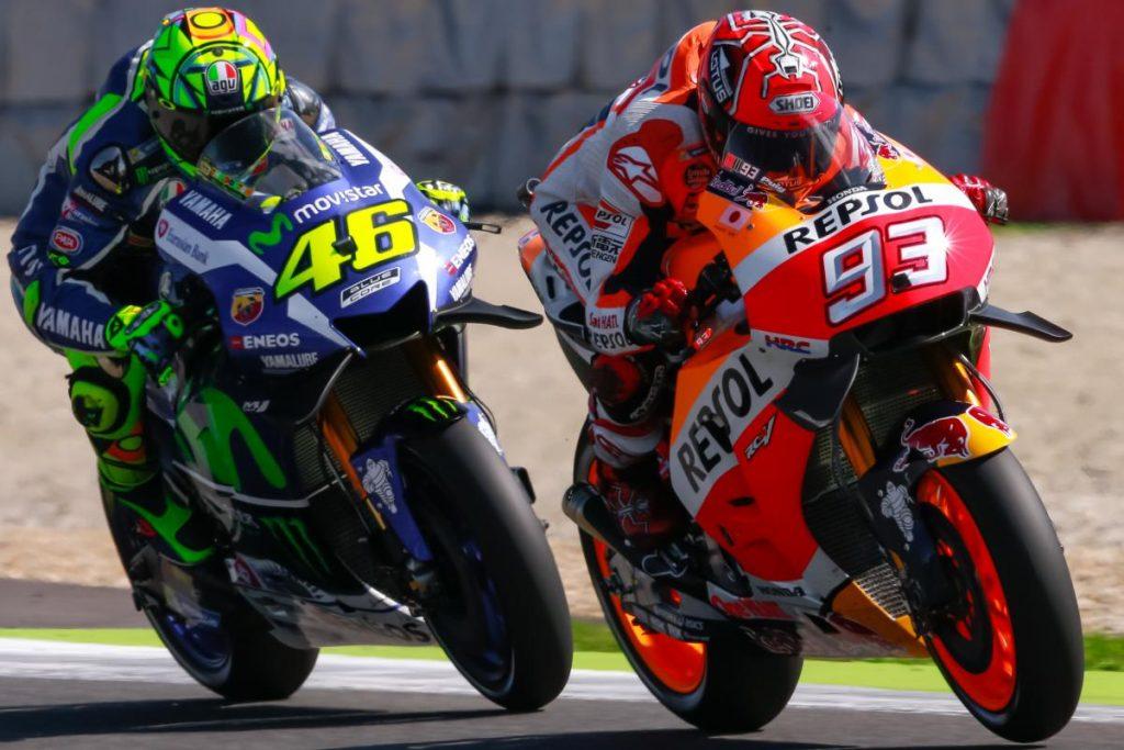 Valentino Rossi travou um breve duelo com Marc Márquez