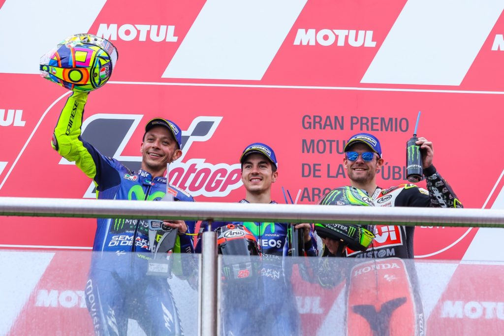 (da esq.) 2º lugar Valentino ROSSI (#46); 1º lugar Maverick VIÑALES (#25); 3º lugar Cal CRUTCHLOW (#35) - Gilmar Rose / VGCOM