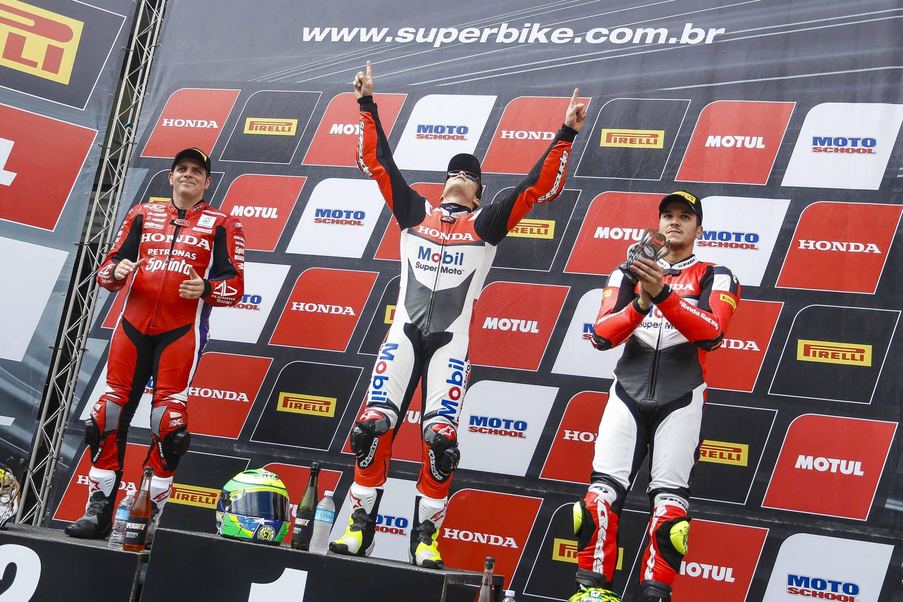 Passeio de Eric Granado na abertura do Superbike Brasil com Alex Barros em segundo