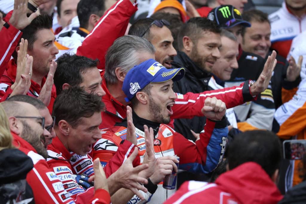 O vencedor do MotoGP, Andrea Dovizioso comemora com a equipe (AP Photo / Shizuo Kambayashi)