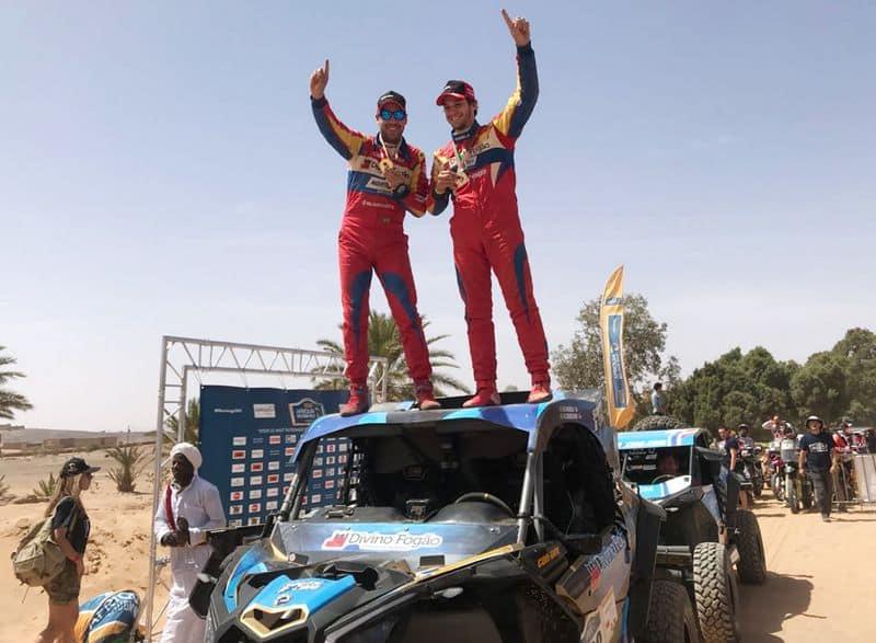 Gustavo Gugelmin (à esquerda) e Bruno Varela, campeões do Rally Merzouga com o UTV Can-Am Maverick X3. Crédito: Divulgaçã