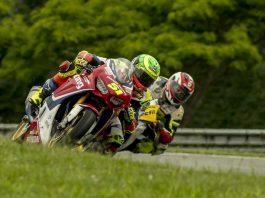 Eric Granado, da equipe Honda Racing, comemora no pódio da SuperBike Brasil, no Paraná. Crédito: Ricardo Santos/Mundo Press