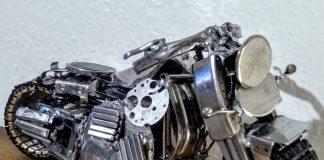 O artista Zé Pfau de Blumenau - SC, faz miniaturas de motos a partir de peças de relógios
